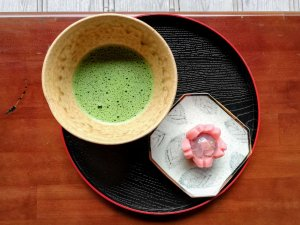 Vassoio con tazza di tè verde e piccolo dolce per cerimonia del tè in Giappone